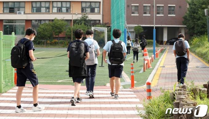 수도권 중학교 등교수업이 확대된 14일 서울 동대문구 장평중학교에서 학생들이 등교를 하고 있다. 2021.6.14/뉴스1 © News1 사진공동취재단
