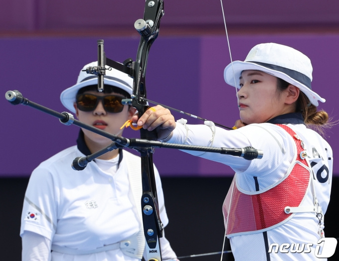 여자 양궁의 강채영(오른쪽)과 안산. /뉴스1 © News1 송원영 기자