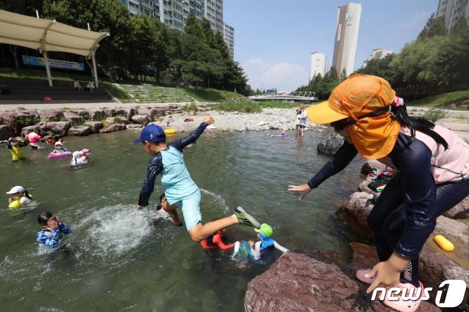 29일 오후 경남 김해시 대청천을 찾은 어린이들이 폭염 속 물놀이를 즐기고 있다. 2021.7.29/뉴스1 © News1 여주연 기자