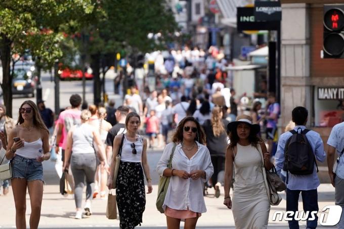 19일(현지시간) 코로나 방역 조치를 해제한 영국 런던에서 시민들이 마스크 없이 거리를 걷고 있다. © AFP=뉴스1 © News1 이정후 기자