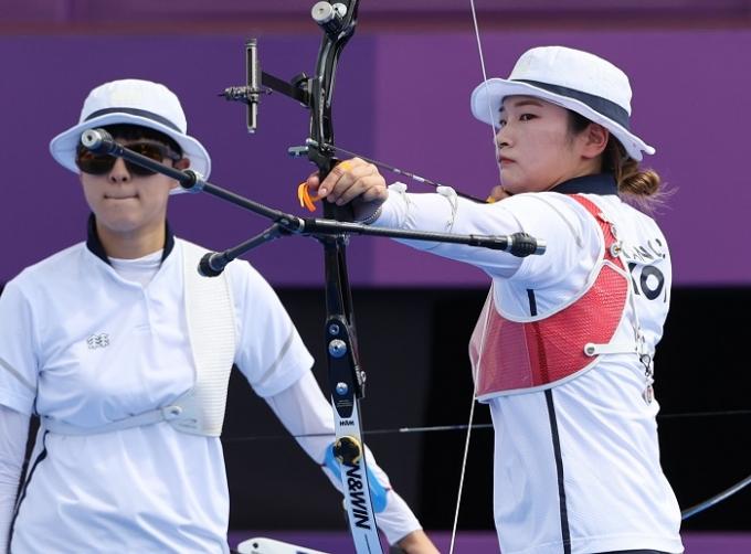 안산(왼쪽)과 강채영이 30일 일본 도쿄 유메노시마 양궁장에서 2020도쿄올림픽 여자 양궁 개인전 16강 일정을 소화한다. 사진은 두 선수가 연습하는 장면. /사진=뉴스1