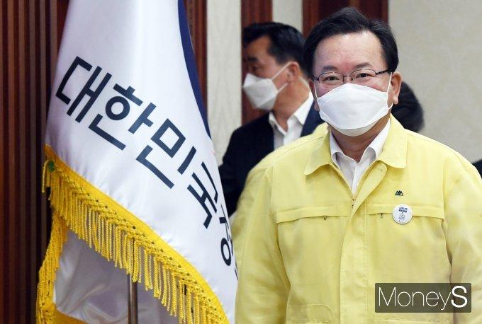 [머니S포토] 중대본 회의 입장하는 김부겸 총리