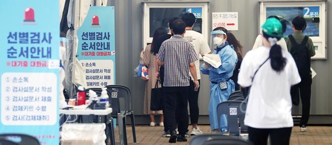 코로나19 신규 확진자가 30일 0시 기준 1710명으로 집계됐다. 사진은 지난 28일 서울 영등포구 여의도공원 코로나19 임시 선별진료소에서 코로나19 검사를 기다리는 시민들 모습. /사진=뉴스1