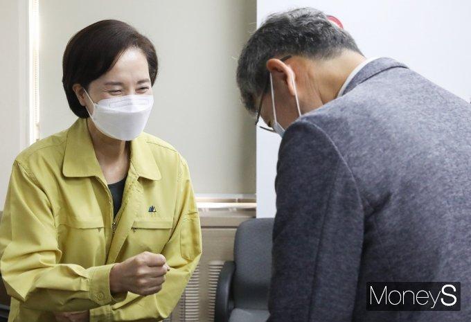 [머니S포토] 교육부·방역전문가 자문회의, 인사 나누는 '유은혜'