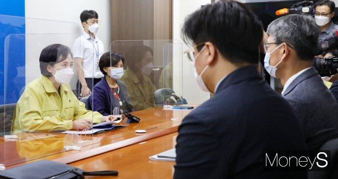 [머니S포토] 방역전문가 만난 교육부 수장 '유은혜'