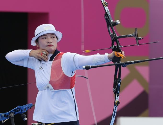 30일 강채영이 양궁 여자개인전에서 8강 진출에 성공했다. 사진은 지난 25일 여자단체전 8강에서 강채영의 경기장면. /사진=뉴스1