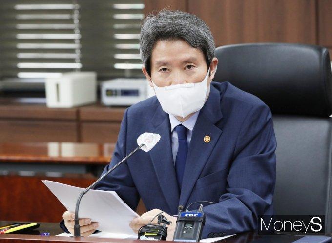 [머니S포토] 통일부 기자단 질의 앞서 발언하는 '이인영'
