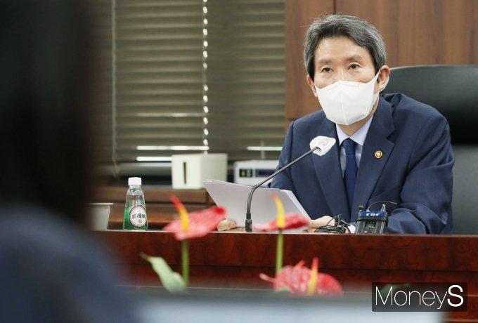 [머니S포토] 기자단 만난 이인영 통일부 현황 전달