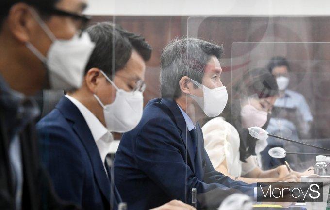 [머니S포토] 남북 교류 관련 질의받는 이인영 통일 장관