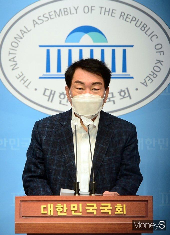 [머니S포토] 국회서 기자회견 하는 안상수