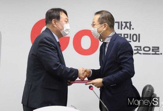 [머니S포토] 윤석열 '국민의힘 입당원서 제출'