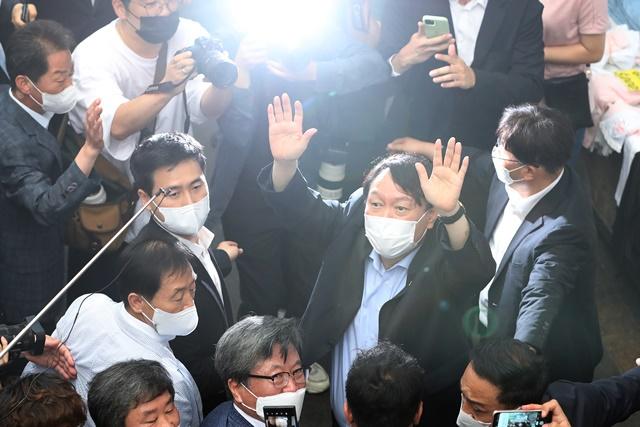 야권 대선주자인 윤석열 전 검찰총장이 지난 20일 낮 대구 서문시장을 찾아 상가 연결통로에 환영 나온 시민들을 향해 손을 흔들어 인사하고 있다./사진=뉴스1