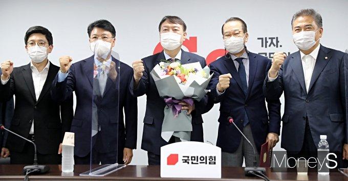 [머니S포토] '쥴리 벽화' 논란 속 국민의힘 입당한 윤석열