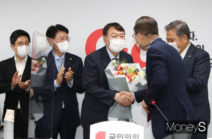 [머니S포토] 국민의힘 입당 환영 꽃다발 받은 윤석열