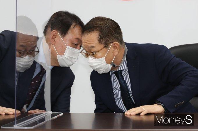 [머니S포토] 권영세 의원과 대화하는 윤석열