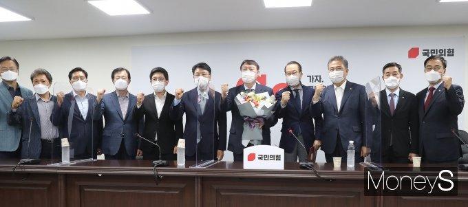 [머니S포토] 윤석열 전 검찰총장, 국민의힘 전격 합류