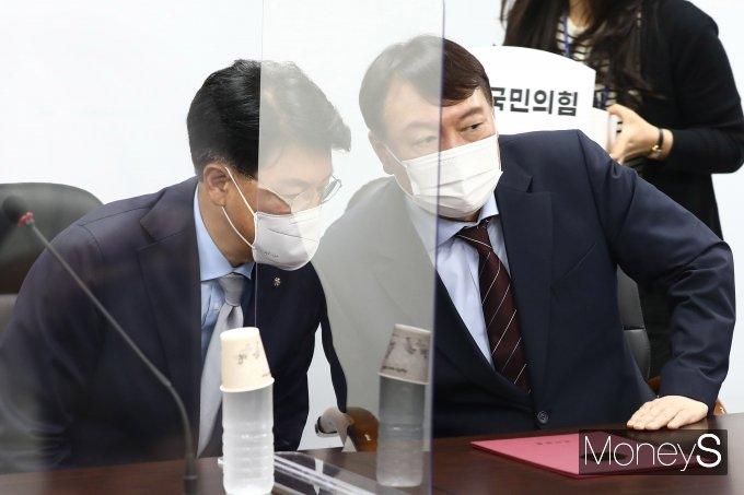 [머니S포토] 대화 나누는 장제원·윤석열