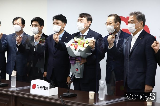 [머니S포토] 국민의힘 합류한 윤석열 대선 예비 후보
