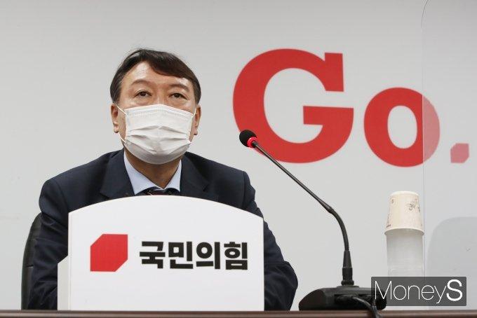 """[머니S포토] 국민의힘 입당한 윤석열 """"정권교체 위해"""""""