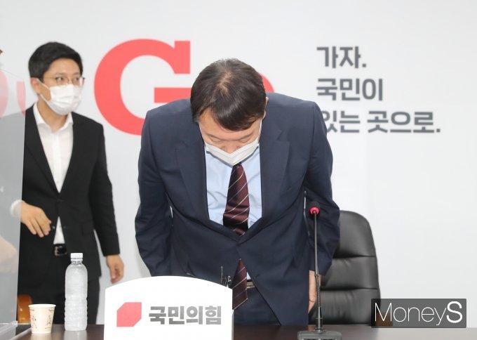 [머니S포토] 고개숙여 인사하는 윤석열