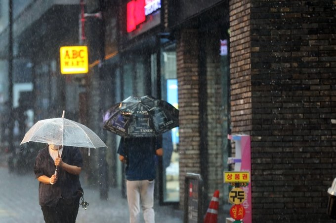 [내일 날씨] 전국 대부분 비소식… 습도 높아 무더위는 지속