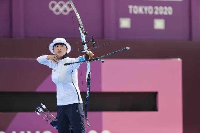 안산이 30일 일본 도쿄 유메노시마 공원 양궁장에서 열린 2020도쿄올림픽 양궁 여자 개인전 8강에서 디피카 쿠마리(인도)를 꺾고 준결승에 진출했다. /사진=뉴스1