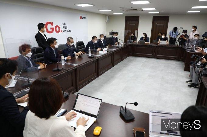 [머니S포토] 취재진 질문에 답하는 윤석열