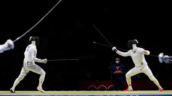 도쿄올림픽 남자 에페대표팀이 일본과의 준결승전에서 38-45로 패하며 결승행이 좌절됐다. 사진은 8강 스위스전에 나섰던 박상영(왼쪽)의 모습. /사진=로이터