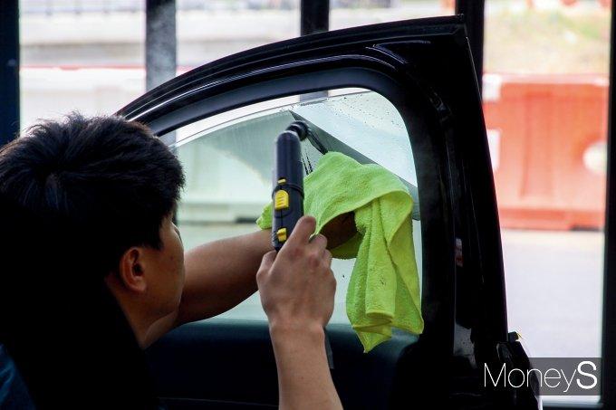 자동차에서 햇빛을 차단하기 위한 가장 기초적인 제품은 '틴팅 필름'이다. 사진은 기존 틴팅필름 제거장면. /사진=박찬규 기자