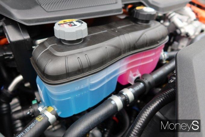 전기차는 배터리 냉각을 위한 절연 냉각수를 별도로 쓴다. 사진은 제네시스 G80 전동화모델 냉각수 /사진=박찬규 기자