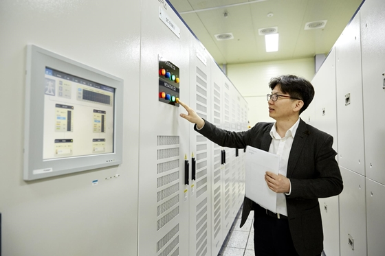 효성 직원이 ESS PCS(전력변환장치)를 조작하고 있다. /사진=효성중공업