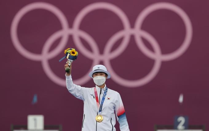 안산이 30일 일본 도쿄 유메노시마 공원 양궁장에서 열린 2020도쿄올림픽 여자 개인전 시상식에서 금메달을 목에 걸고 있다. /사진= 뉴스1