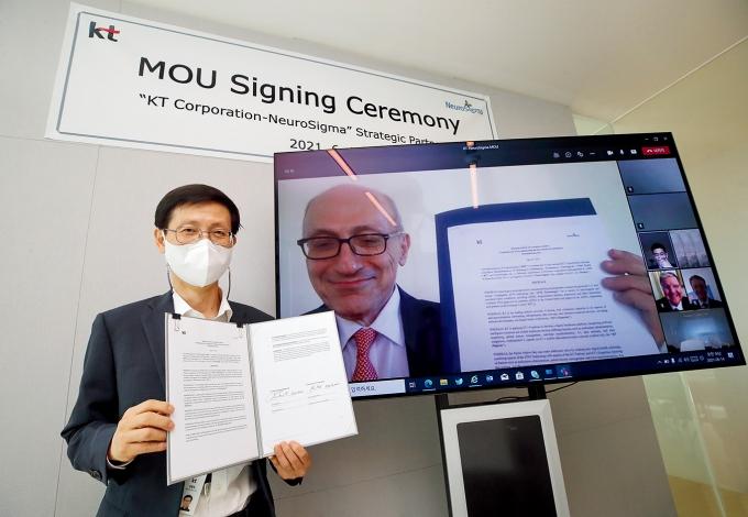김형욱 KT 미래가치추진실장 부사장(왼쪽)과 레온 액치안 뉴로시그마 CEO가 비대면으로 협약을 맺는 모습. /사진제공=KT