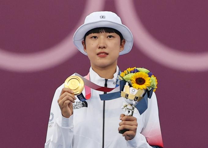 30일 양궁 최초로 올림픽 3관왕에 오른 안산(20·광주여대)의 고등학생 시절 인터뷰 영상이 주목받고 있다. 사진은 이날 2020도쿄올림픽 여자 개인전 시상식에서 금메달을 목에 걸고 있는 안산. /사진=뉴스1