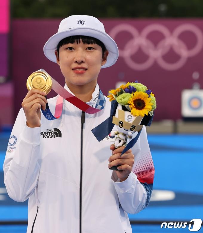 [사진] 금메달 든 양궁 안산