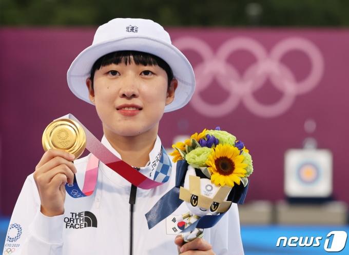 [사진] 올림픽 금메달 든 양궁 안산