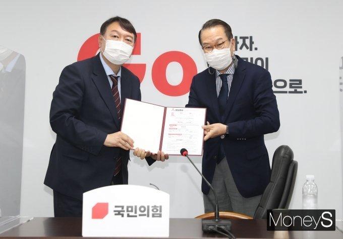 """윤석열, 입당원서 보여주다 개인정보도 노출 """"이건 가려야 하는데…"""""""