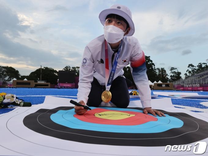 [사진] 올림픽 사상 3관왕, 안산의 사인