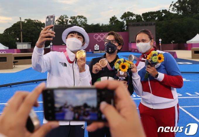 [사진] 3관왕의 안산 '다함께 셀카'
