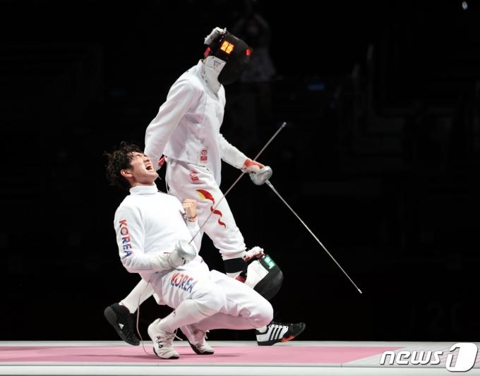 펜싱 대표팀 박상영이 30일 오후 일본 도쿄 마쿠하리 메세 B홀에서 열린 '2020 도쿄올림픽' 남자 단체 에페 동메달 결정전에서 동메달을 확정지은 후 기뻐하고 있다. 2021.7.30/뉴스1 © News1 이재명 기자