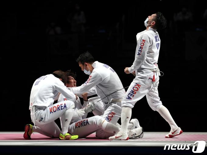 박상영을 비롯한 펜싱 대표팀 선수들이 30일 오후 일본 도쿄 마쿠하리 메세 B홀에서 열린 '2020 도쿄올림픽' 남자 단체 에페 동메달 결정전에서 동메달을 확정지은 후 기뻐하고 있다. 2021.7.30/뉴스1 © News1 이재명 기자