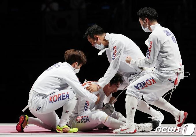 [사진] 대한민국 펜싱 '동메달의 기쁨'