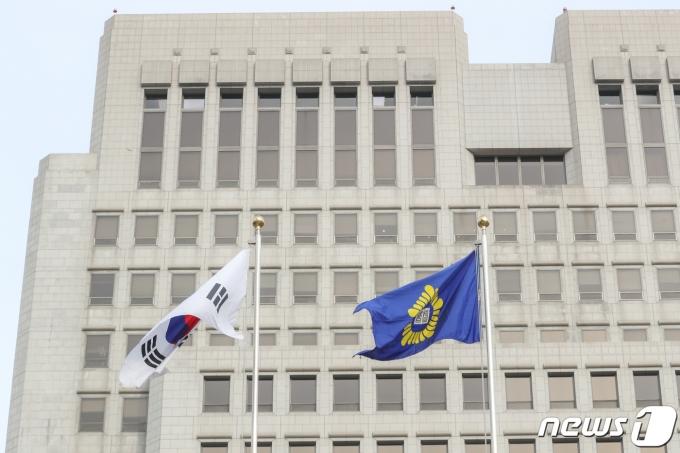 대법원에서 대법원 깃발이 바람에 나부끼는 모습. 2019.2.10/뉴스1 © News1 성동훈 기자