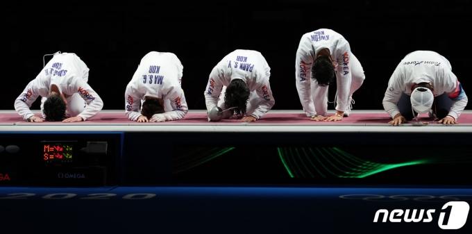 펜싱 대표팀 박상영과 권영준, 송재호 등 선수들이 30일 오후 일본 도쿄 미쿠하리 메세 B홀에서 열린 '2020 도쿄올림픽' 남자 단체 에페 동메달 결정전에서 동메달을 확정지은 후 관중석을 향해 인사하고 있다. 2021.7.30/뉴스1 © News1 이재명 기자