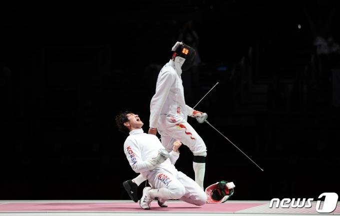 펜싱 대표팀 박상영이 30일 오후 일본 도쿄 미쿠하리 메세 B홀에서 열린 '2020 도쿄올림픽' 남자 단체 에페 동메달 결정전에서 동메달을 확정지은 후 기뻐하고 있다. 2021.7.30/뉴스1 © News1 이재명 기자