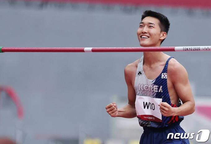 육상 대표팀 우상혁이 30일 오전 일본 도쿄 신주쿠 올림픽스타디움에서 열린 '2020 도쿄올림픽' 남자 높이뛰기 예선전에서 2.17m를 성공한 후 기뻐하고 있다. 우상혁은 이날 한국 육상 25년만에 결선에 진출하는 쾌거를 기록했다. 2021.7.30/뉴스1 © News1 이재명 기자