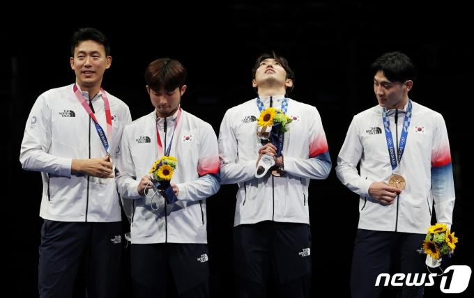 [사진] 남자 펜싱 에페 대표팀 '동메달 느끼는 중'