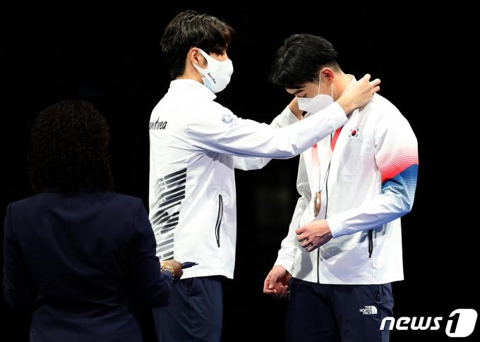 [사진] 동메달 걸어주는 박상영