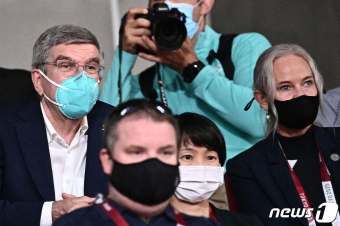 30일 토마스 바흐 IOC 위원장이 도쿄 메트로폴리탄 체육관에서 탁구 남자 단식 동메달 결정전을 관람하고 있다.© AFP=뉴스1