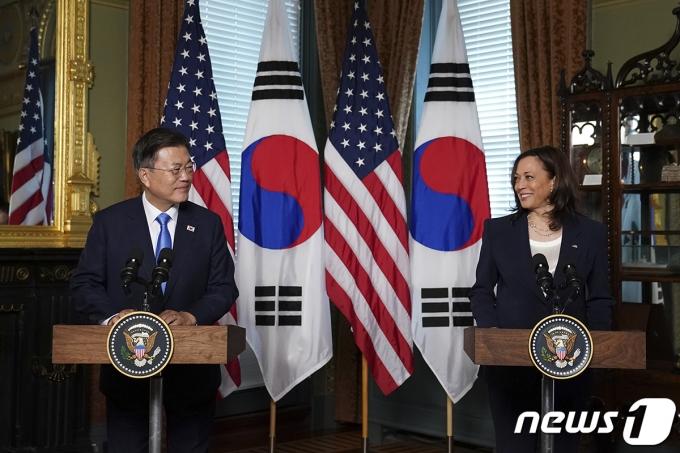 문재인 대통령(왼쪽)이 지난 5월21일(현지시간) 백악관에서 카멀라 해리스 미국 부통령을 만났다.(청와대 제공) 2021.5.22/뉴스1